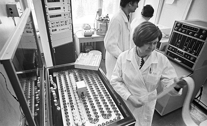 Марина Ворошилова, член-корреспондент АМН СССР в лаборатории биохимии вирусов