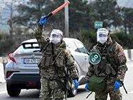 Грузинские солдаты на контрольно-пропускном пункте в Тбилиси