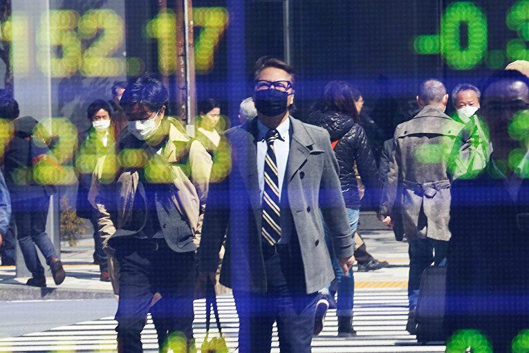 Информация по рынку ценных бумаг на одной из улиц Токио