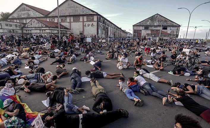 Участники акции протеста в Ресифи, штат Пернамбуку, Бразилия