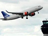 Самолет SAS на взлете в аэропорту