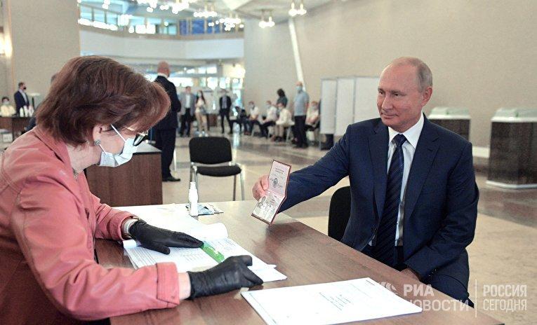 Президент РФ В. Путин принял участие в голосовании по внесению поправок в Конституцию РФ