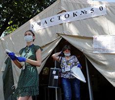 Члены местной избирательной комиссии на мобильном избирательном участке в поселке Павлово