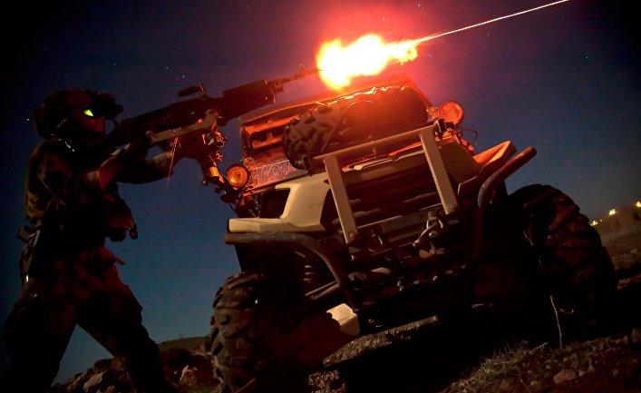 Морпех из команды спецопераций стреляет из пулемета M240B во время ночной тренировки в Афганистане