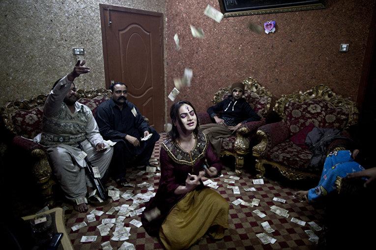 Акрам танцует на закрытой вечеринке в Равалкинди