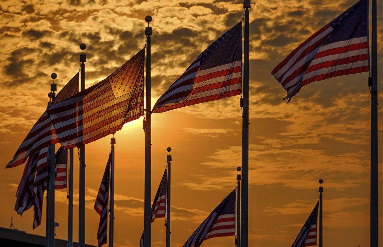 Флаги США вокруг монумента Вашингтона в День независимости США
