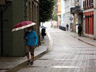 Прохожие на улице в Рибадео, провинция Луго в составе автономного сообщества Галисия