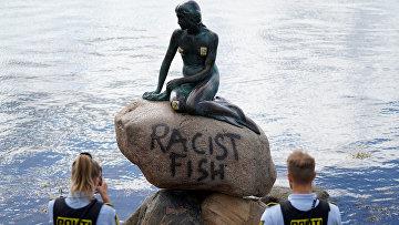 3 июля 2020. Вандалы написали слова «расистская рыба» на «Русалочке» в Копенгагене, Дания