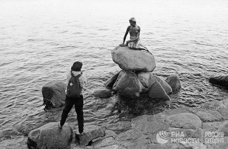 """Скульптура """"Маленькая русалочка"""" в Копенгагене. Автор — датский скульптор Эдвард Эриксен."""