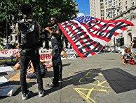 Протестующие в Нью-Йорке разбили палаточный лагерь у здания мэрии
