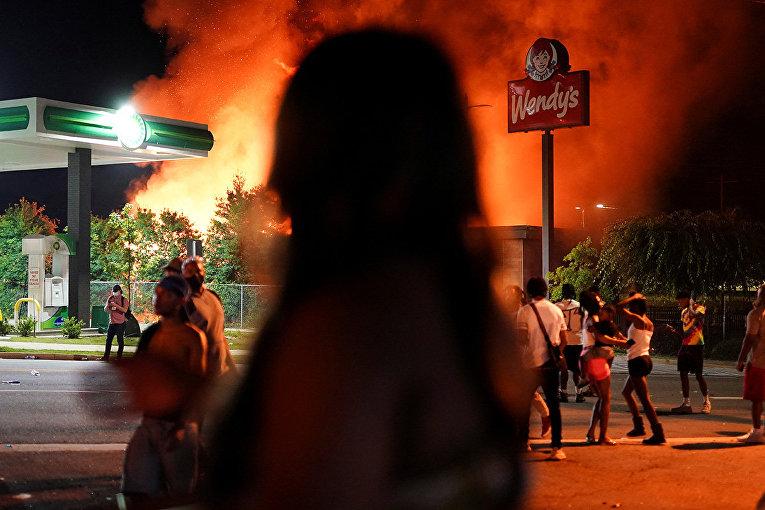 Ресторан Wendy's горит во время беспорядков в Атланте, штат Джорджия