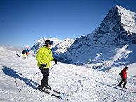 Туристы катаются на лыжах в Кляйне-Шейдегге, Гриндельвальд, Швейцария