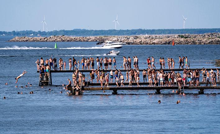 Люди купаются во время жары в Мальмё, Швеция