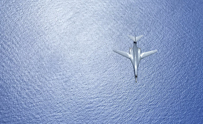 Бомбардировщик B-1B Lancer ВВС США летит над морем