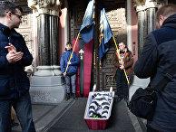 """Националисты в марте 2017 года принесли к Нацбанку Украины гроб с куклой в тюремной робе и надписью """"Гонтарева"""""""