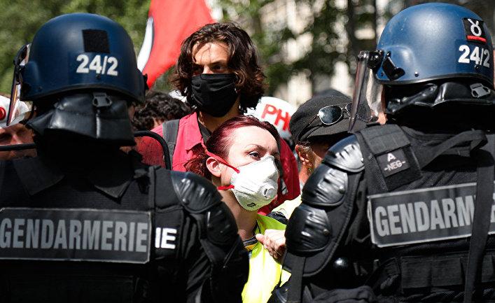 Участники беспорядков во время демонстрации в Париже