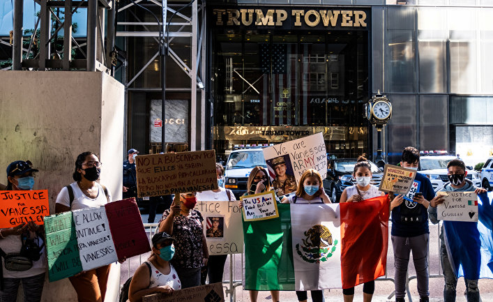 Демонстранты держат плакаты в связи с исчезновением специалиста армии США Ванессы Гильен