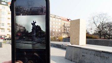 Сотовый телефон с фотографией памятника маршалу СССР Ивану Коневу и пустой постамент, Прага, Чехия