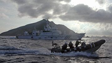 Сотрудники береговой охраны Японии у островов Сэнкаку
