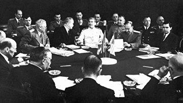 В.И.Сталин, В.М.Молотов (слева), А.Я.Вышинский (справа) и другие участники советской делегации во время заседания Потсдамской конференции