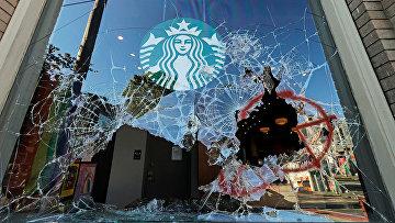 Разбитые витрины в кофейне Starbucks в Сиэтле