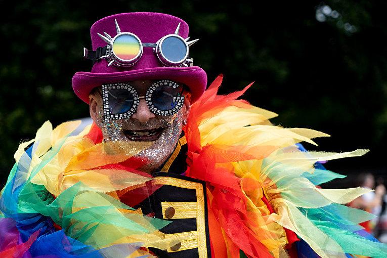 Участник ежегодного гей-парада в Лондоне