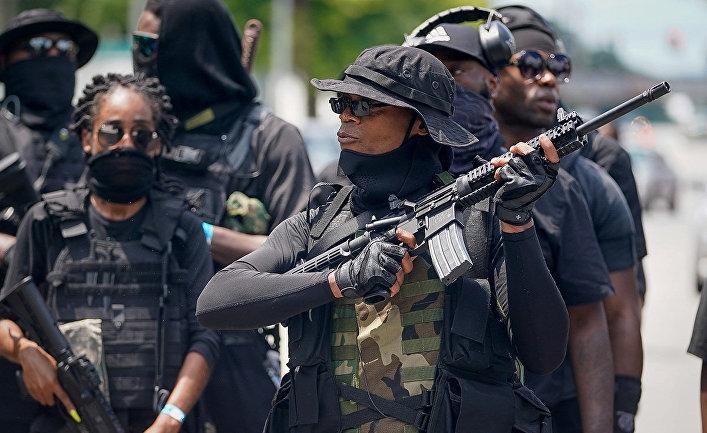 Участники вооруженного митинга в Луисвилле, штат Кентукки, США