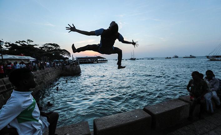 Молодые люди купаются в океане, Занзибар, Танзания