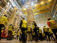 Технический персонал в помещении Международного термоядерного экспериментального реактора (ИТЭР) в Сен-Поль-Ле-Дюрансе