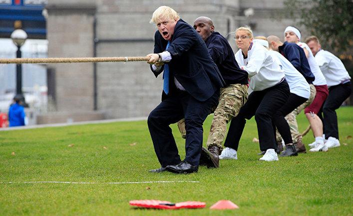 Борис Джонсон принимает участие в перетягивании каната в Лондоне