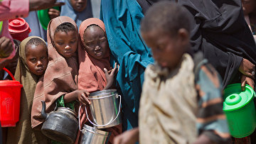 Дети в центре распределения еды в районе Ходан Могадишо, Сомали