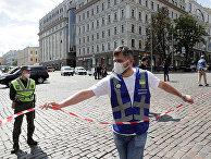 Сотрудники правоохранительных органов у отделения банке в Киеве, где неизвестный угрожает взорвать бомбу