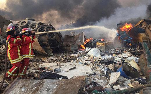 Пожарные тушат пожар на месте взрыва в Бейруте, Ливан