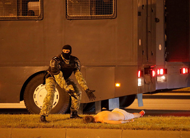 Сотрудник правоохранительных органов во время столкновений со сторонниками оппозиции