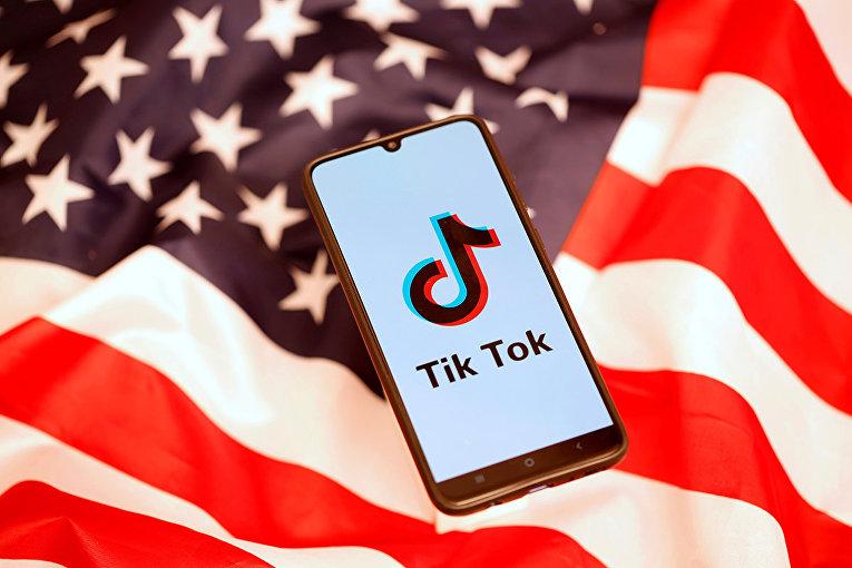 Приложение TikTok на экране смартфона