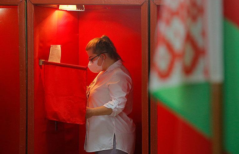 Женщина на избирательном участке во время президентских выборов в Минске