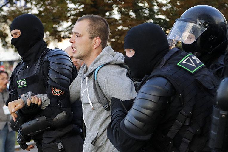 Полиция во время задержания протестанта в Минске, Белоруссия
