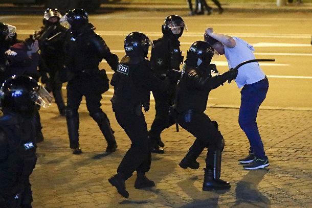 Столкновение милиции с протестующим в Минске