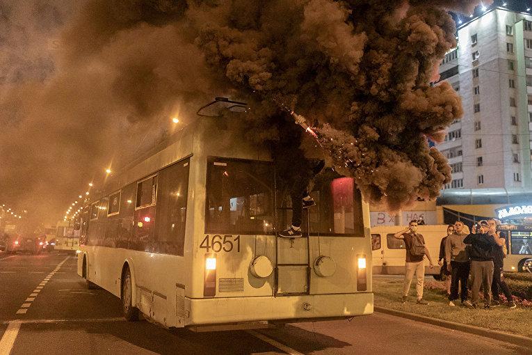 Демонстрант жжет файер на крыше троллейбуса в Минске