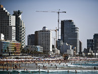Отдыхающие на пляже в Тель-Авиве.