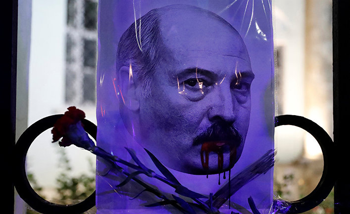 Люди у посольства Белоруссии в Москве