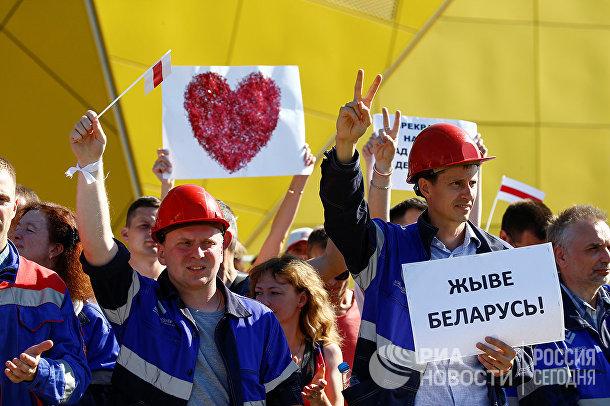Рабочие МЗКТ во время акции протеста в Минске