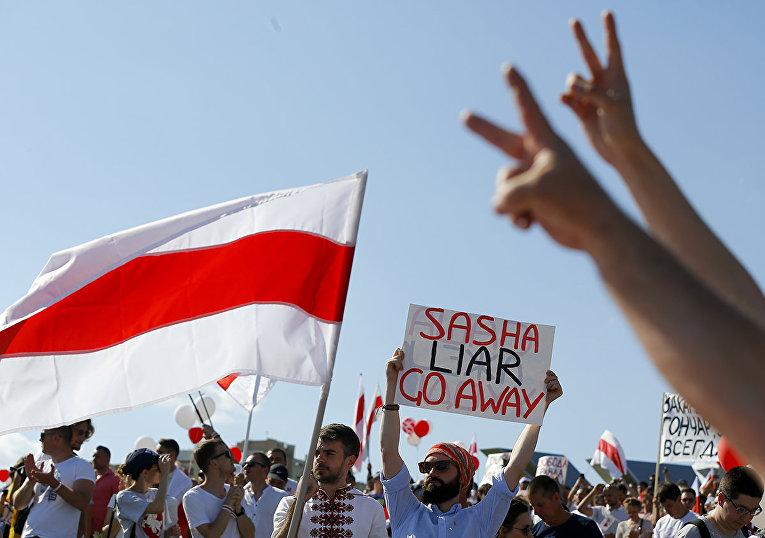 Сторонники оппозиции на акции протеста в Минске