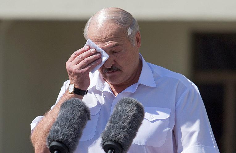 Президент Белоруссии Александр Лукашенко выступает на митинге, организованном в его поддержку на площади Независимости в Минске.