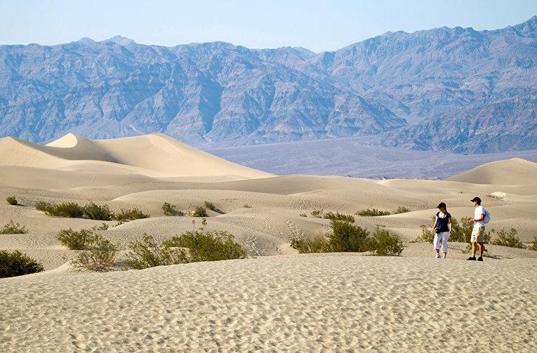 Туристы гуляют по Мескитовым дюнам в Национальном парке Долина Смерти