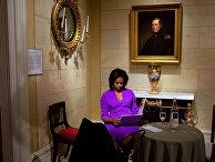 Первая леди США Мишель Обама просматривает свою речи перед выступлением в музее Метрополитан