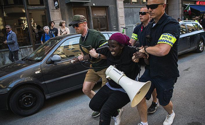 Полиция во время задержания участника акции протеста в Стокгольме, Швеция