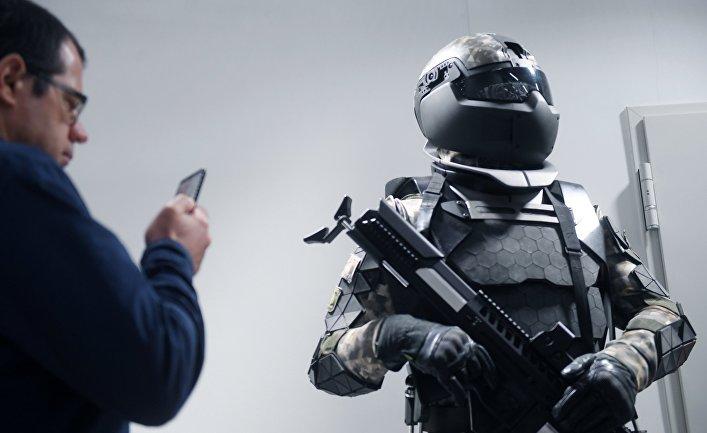 """Боевая экипировка «Ратник-3», представленная в Национальном центре промышленного дизайна и инноваций """"2050.ЛАБ"""" в Москве."""