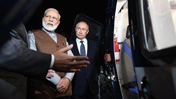 Президент РФ Владимир Путин и премьер-министр Индии Нарендра Моди осматривают вертолет Ка-226Т