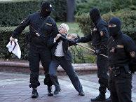 Активистка Нина Багинская во время митинга в Минске